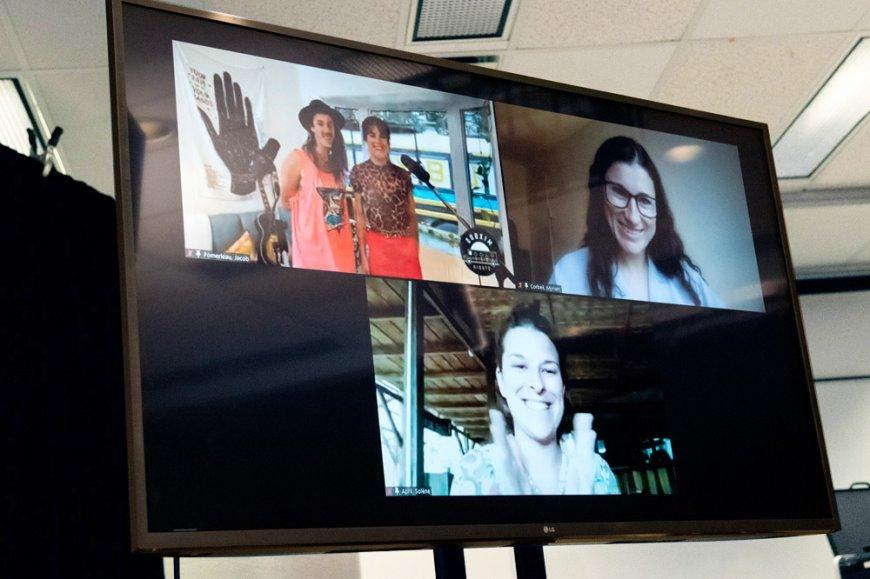 L'annonce du projet gagnant du concours Oser innover a réjoui Myriam Corbeil (en haut à droite) et Solène April (en bas), fondatrices d'Hôtel UNIQ.