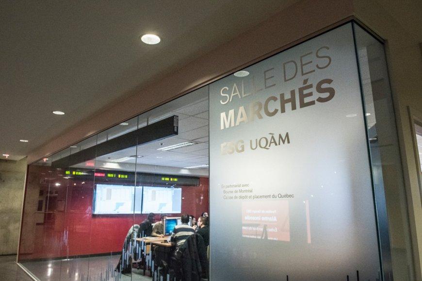 Des étudiants en finance s'exercent à la Salle des marchés de l'ESG UQAM